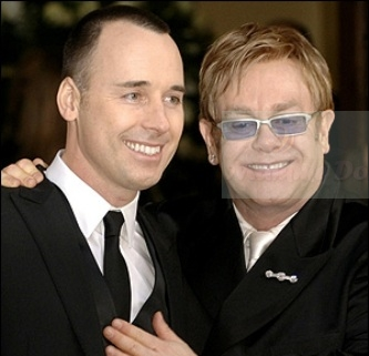 Elton John e David Furnish sono papà e mamma